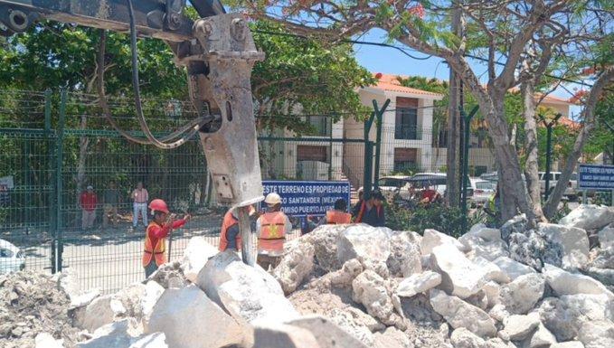 Ahora tienen piedras y cemento bloqueando el acceso al fraccionamiento.